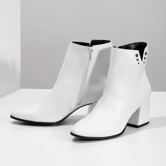 Bílé kotníčkové kozačky s kovovými cvoky bata, bílá, 791-1631 - 16